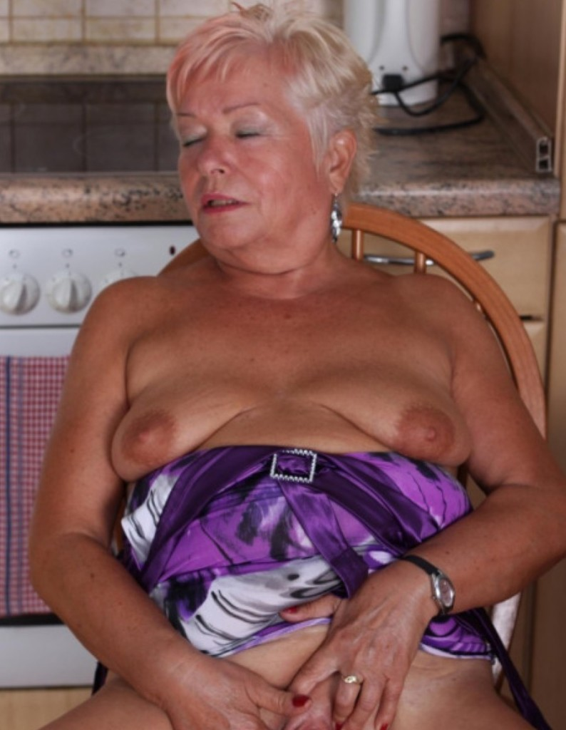 Liebe-Oma-Helga-fingert-sich